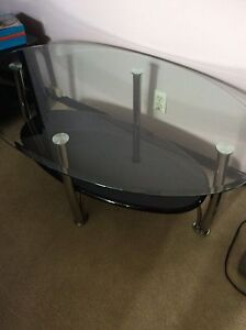 Coffee table includes two matching end tables in great condition