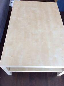Une grande table de salon IKEA