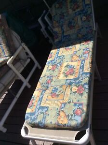 Aluminum lounger with sun shade and pad
