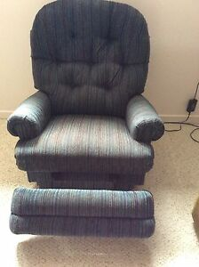 2 matching recliner chairs