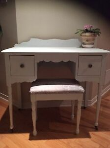 Antique vanity refurbished/ coiffeuse antique restaurée!