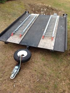 Flat bed trailer with ramps