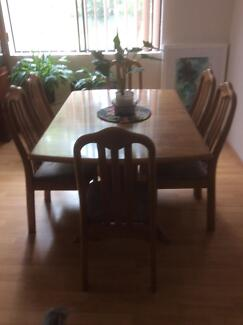 Free extendable tale and chairs