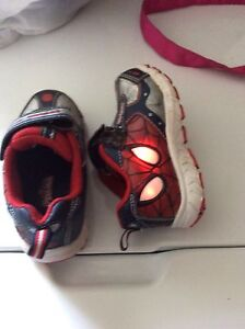 Spider man Boy shoes size 7 ( light on )