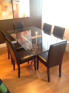 Set of 6 dinning chairs /Set de 6 chaises 300$ (50$/chaise)