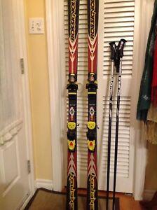 Skis avec des pôles