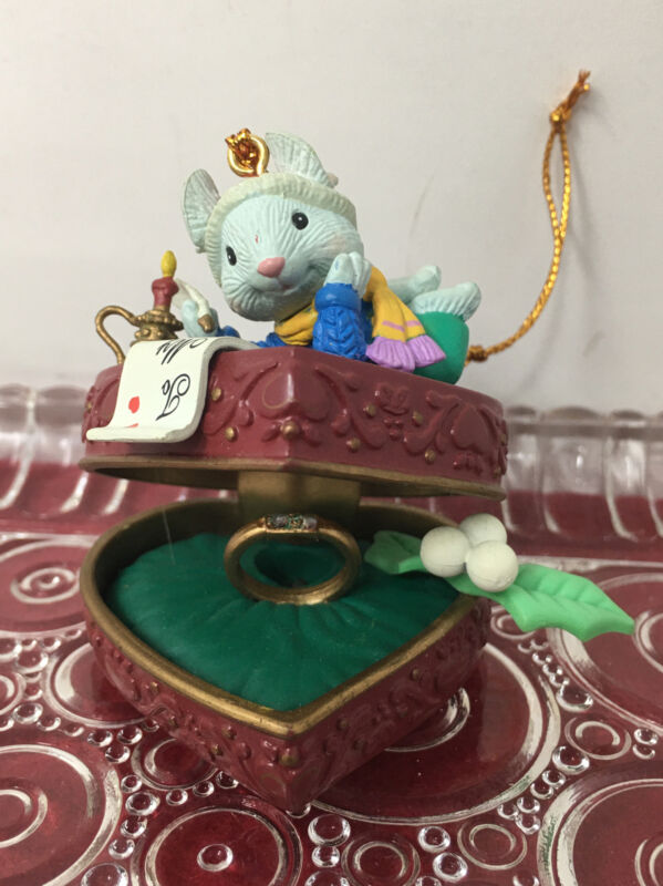 RARE 1997 LUSTRE FAME ~MOUSE  WRITING A NOTE ON GIFT/RING  CHRISTMAS ORNAMENT