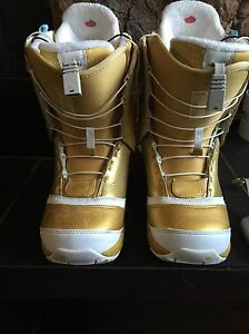 Ladies hearted burton snowboard boots 7.5