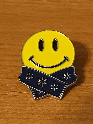 Rare Walmart Lapel Pin Winter Scarf Smiley Happy To Help Promo Wal-mart Pinback