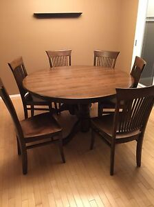 Beautiful Solid Wood Table w 6 Chairs