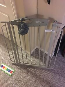 Baby gate with hardware