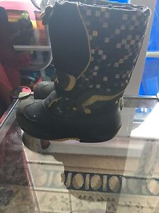 Kamik boy's snow boots size 1. AVAILABLE