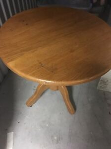 Solid oak end table Cornwall Ontario image 2