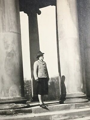 D029 junge Frau mit Hut 30'er Jahre Leibniz - Denkmal Hannover März 1940