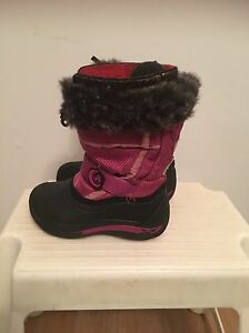 Very nice kamik Girl's snow boots size 11. AVAILABLE
