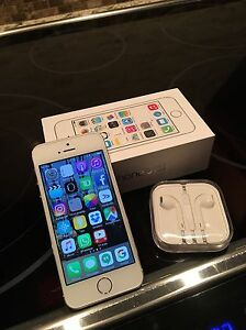 IPhone 5s 16GB + Apple earbuds Oakville / Halton Region Toronto (GTA) image 1