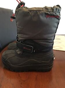 Columbia boy's snow boots size 2. AVAILABLE
