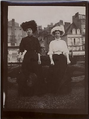 Two women to the fashion hat France Vintage citrate ca 1900