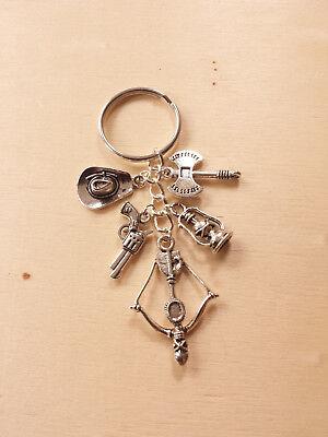 Schlüsselanhänger WALKING DEAD ♥ mit Armbrust Axt Hut Laterne Revolver in Silber ()