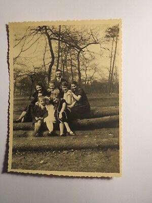 Mann & Frauen & Kinder - Mädchen Junge - Baumstämme - ca. 1920er Jahre / Foto ()