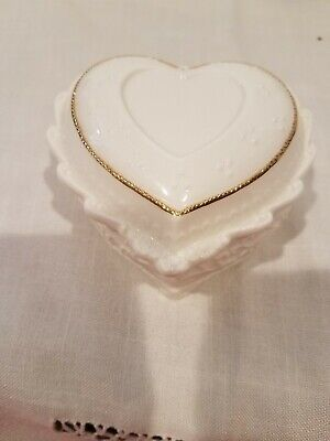 """Vntge White Porcelain Embossed Heart Shaped Music/Jewelry Box gold trim, 3.75"""" w"""