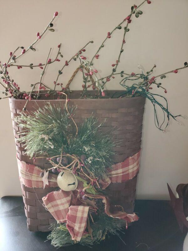 PRIMITIVE CHRISTMAS HOLIDAY SEASONAL WALL OR DOOR BASKET
