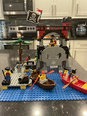 LEGO 6279 - VINTAGE PIRATES SKULL ISLAND - COMPLETE WITH INSTRUCTIONS And Box!!