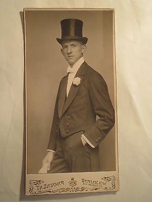 Berlin - stehender Mann im Anzug mit Zylinder auf dem Kopf / großes KAB