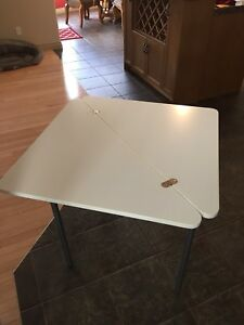 Fold out corner table