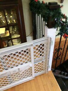 Barrière de bebe avec tour de protection pour poteaux