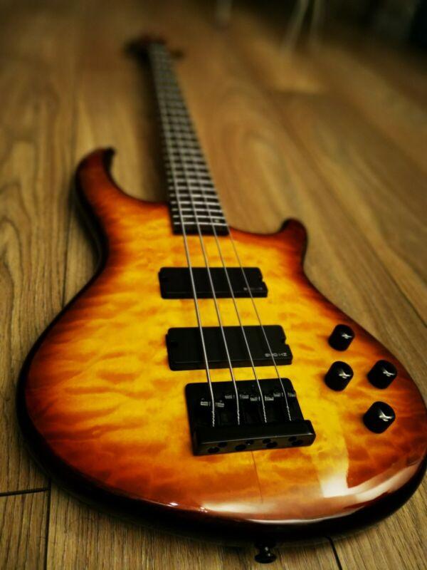 Dean Edge Q4 Bass Guitar + Bag + Strings + Strap