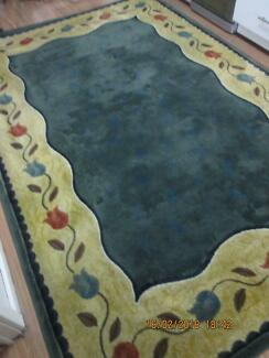 gorgeous xlarge RUG 305cm by 205cm like new