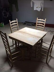 Table antique et chaises