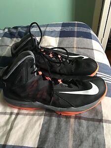 Nike men's size 11 basketball shoe NEAR MINT
