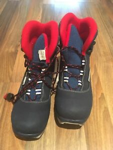 Kids size 4 Rossingnol cross country ski boots