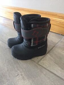 Brand new!! baby snow boots size4