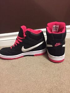 Women's Size 8 Nike Air shoes for sale (Excellent Condition)
