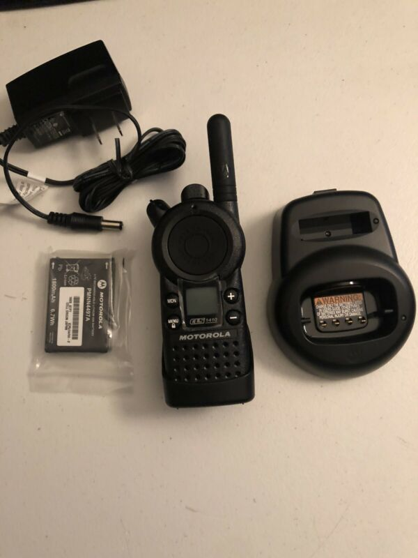 Motorola CLS1410  TWO-WAY Business Radio and Charger  4 CHANNELS 1 WATT UHF