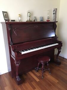 Piano droit antique