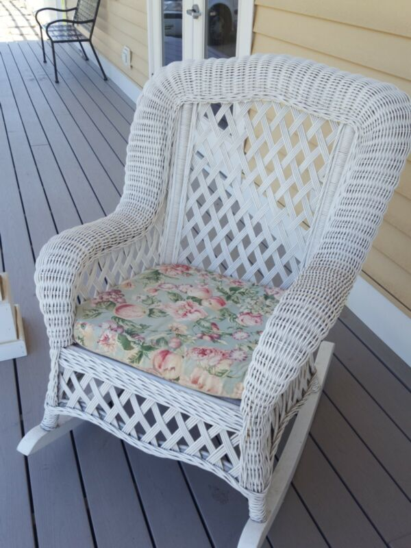 NICE EXTRA LARGE WHITE WICKER ♡  PATIO PORCH LIVING ROOM ROCKING CHAIR