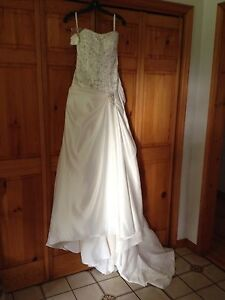 Brand new size 6 wedding dress, veil and head piece