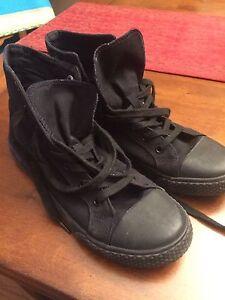 Women's size 9 converse type running shoe