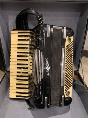 INTERNATIONAL  ACCORDION MADE IN USA ITALY FULL SIZE