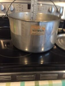 Large aluminum pot with rotating handle