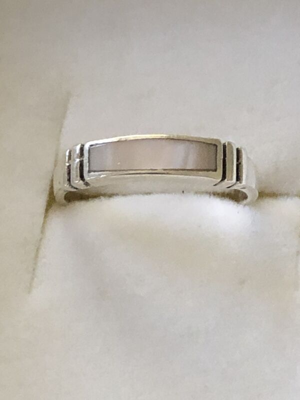 A Beautiful vintage Sterling Silver Band Ring  With Mother Pearl Inlay Size 7