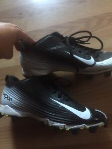 NIKE football cleats ** fit size 9-9.5