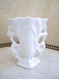 ( 156 ) SOMPTUEUX VASE DE MARIÉE BLANC EN PORCELAINE DE PARIS OU VALENTINE - France - Somptueux vase de mariée en porcelaine de Paris ou Valentine probablement fin XIX me . Une pice absolument sublime, finement travaillée, juste un petit éclat sur la base. Descriptif : Hauteur : 16,5 Cm. Longueur : 14 Cm. Largeur : 7,8 Cm. Poid - France