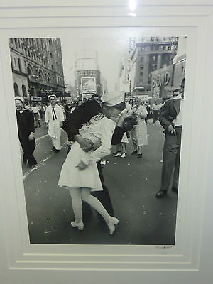 V J DAY, TIMES SQUARE, NYC, AUGUST 1945 / ALFRED EISENSTAEDT SIGNED PHOTO