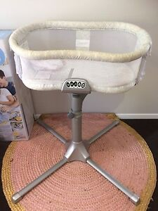 Halo Bassinest Bassinet Swivel Sleeper premiere series Nambour Maroochydore Area Preview