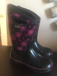 Bogs Winter Boots ( size 4)